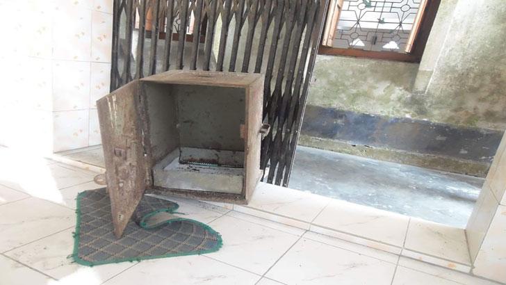নাটোরে মসজিদের সিন্দুক ভেঙে টাকা চুরি