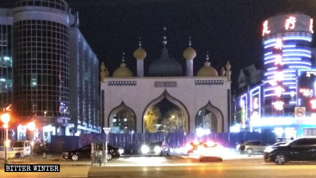 বেইজিংয়ের ইসলামিক স্ট্রিটে মসজিদের গম্বুজ ও মিনার ভাঙল চীন কর্তৃপক্ষ
